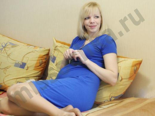 беременная комфортно расположилась на большой подушке