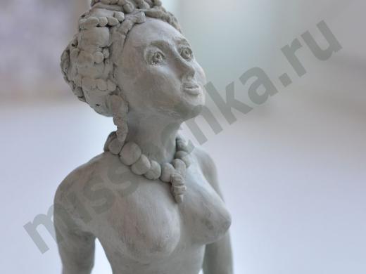 женская статуэтка из глины