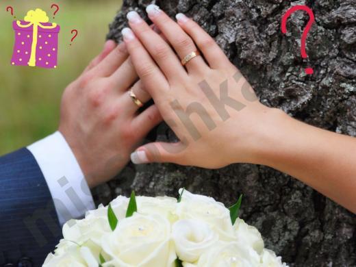 обручальные кольца на руках молодожёнов