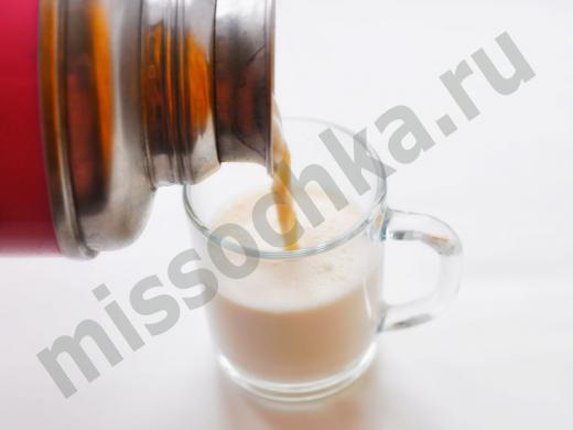 наливаем из термоса в чашку топлёное молоко