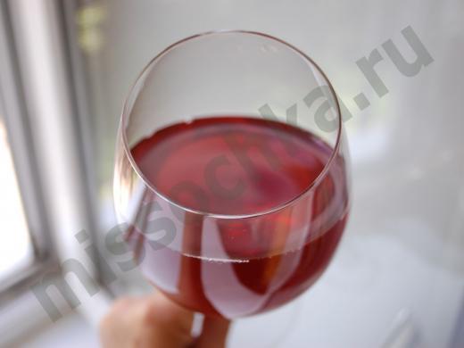 ягодное домашнее вино в бокале