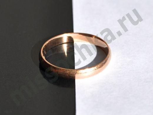 обручальное кольцо на чёрно-белом фоне