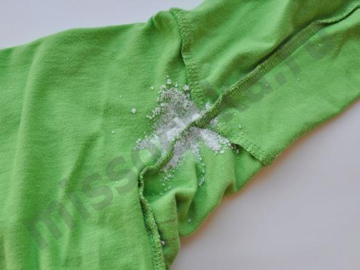 пятно на одежде присыпанное солью