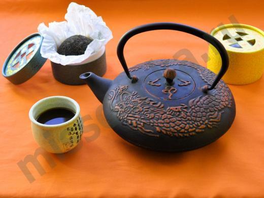 чай пуэр чугунный чайник и чашка чая