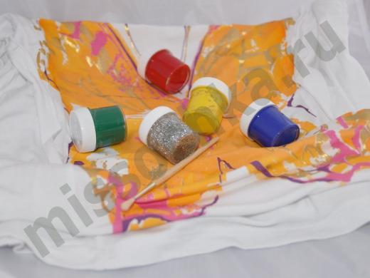 бабочка на ткани и баночки с красками