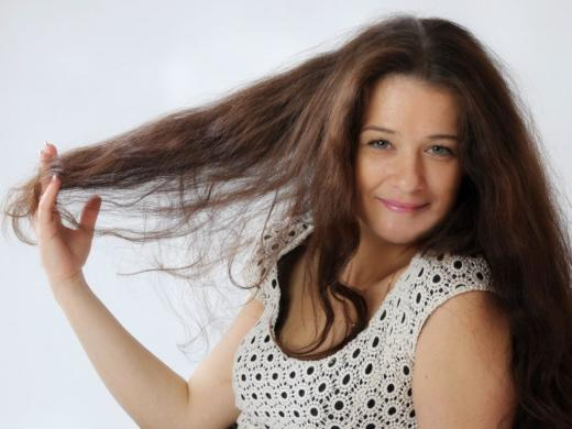 девушка демонстрирует длинные волосы