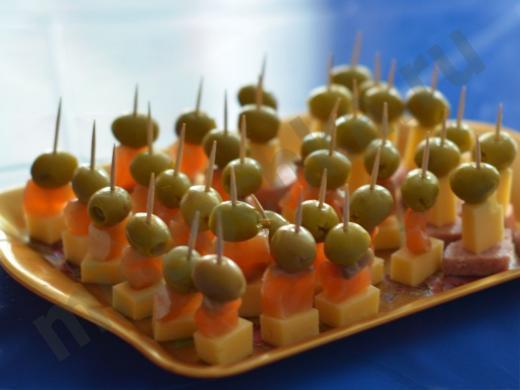 сырные канапе с сёмгой и оливкой на шпажке