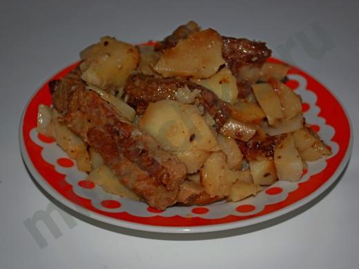 горячее с мясными рёбрышками и картофелем