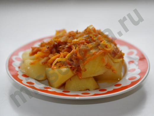 крупные куски картофеля покрытые жареным луком с морковью
