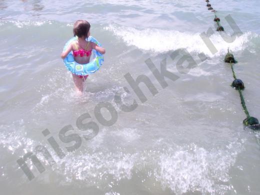 ребёнок заходит в воду