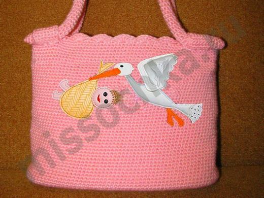 розовая сумка с аппликацией аист несёт младенца