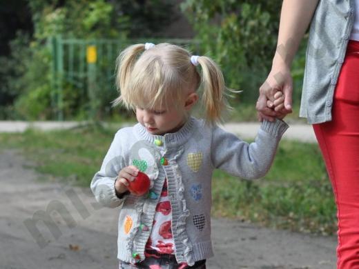 вести ребёнка за руку
