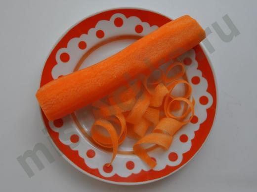 свежая морковь на тарелке