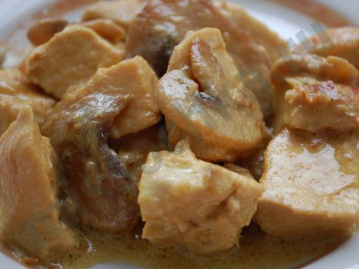 кусочки куриной грудки в сливочном соусе с шампиньонами