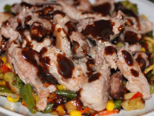 кусочки мяса на обжаренных овощах под соусом табаско