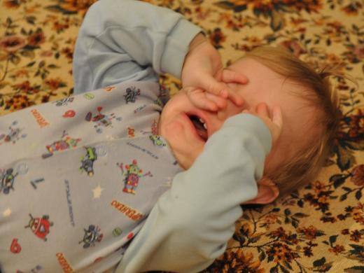 малыш плачет и трёт глаза руками