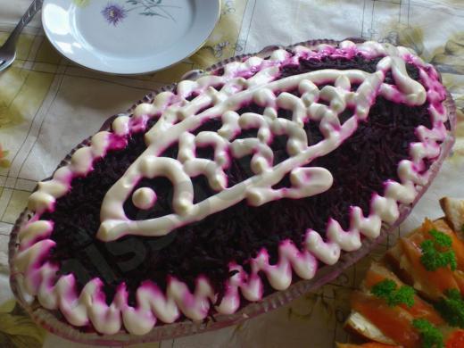салат украшенный рыбкой, нарисованной майонезом