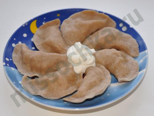вареники со сметаной на тарелке