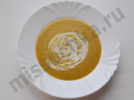 крем-суп в белой тарелке