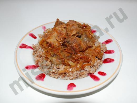 утка тушёная кусками с гарниром из гречки и брусничным соусом