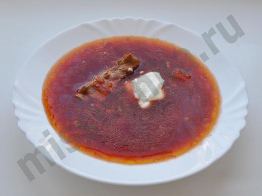 тарелка борща с мясным рёбрышком и сметаной
