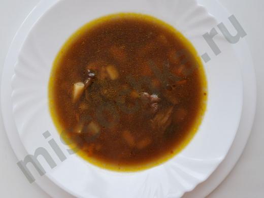 грибной суп в белой тарелке