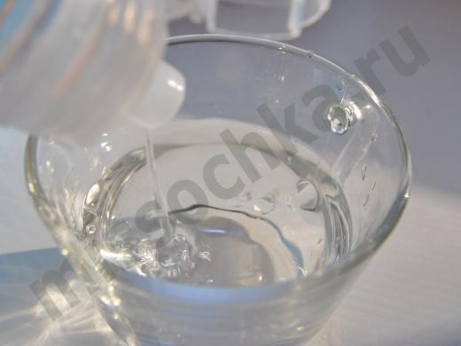 наливаем воду из бутылки в чашку