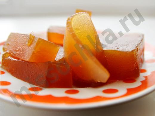 кусочки домашнего мармелада из яблок на тарелке