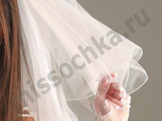 невеста держит фату рукой