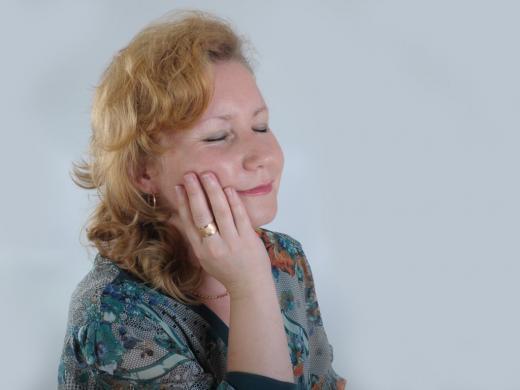 женщина с зубной болью